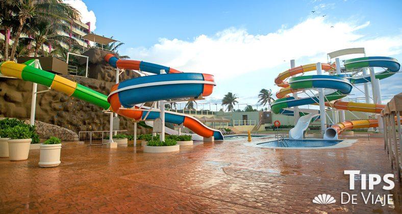 Disfruta los divertidos toboganes de Crown Paradise Club Cancún