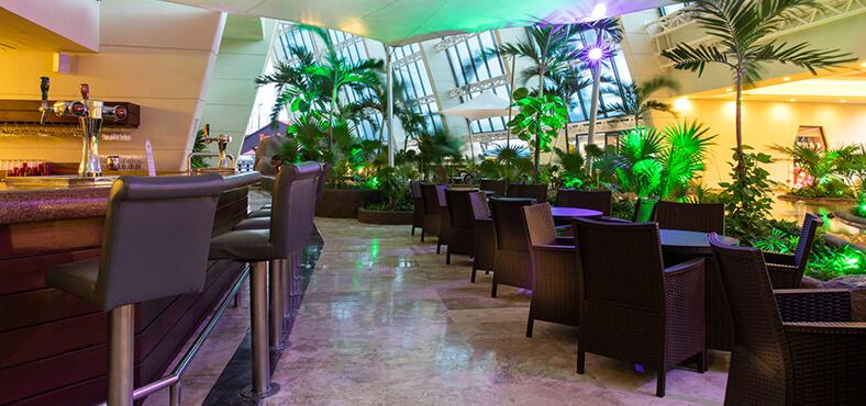 Lobby Bar Collage en Crown Paradise Club Cancún