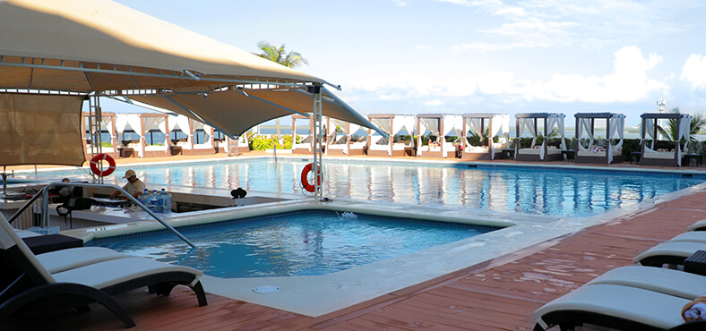 Bar Club Caribe en Crown Paradise Club Cancún