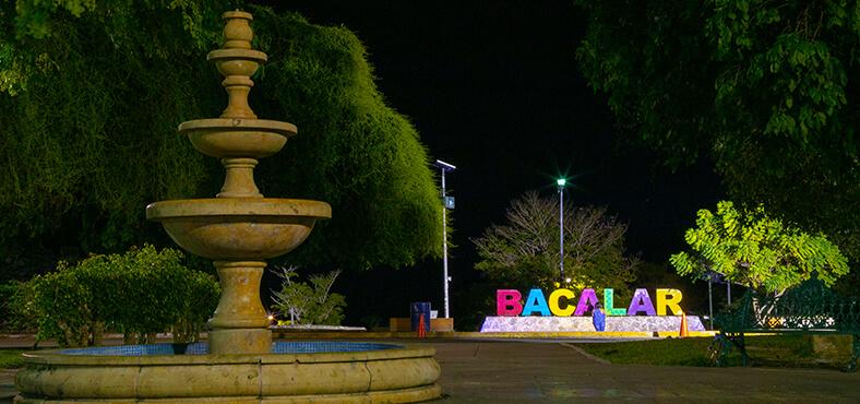 Recorre la plaza principal del pueblito de Bacalar.