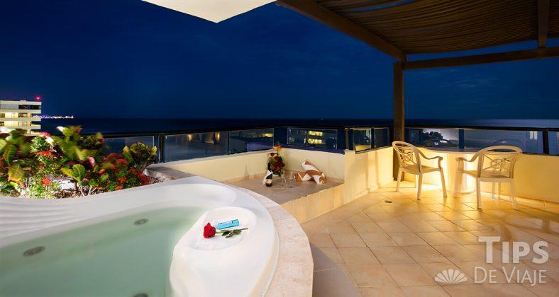 Las confortantes habitaciones de Crown Paradise Club Cancún.