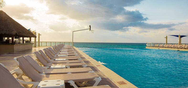 Piscina Las Brisas, hoteles todo incluido en Cancún Crown Paradise