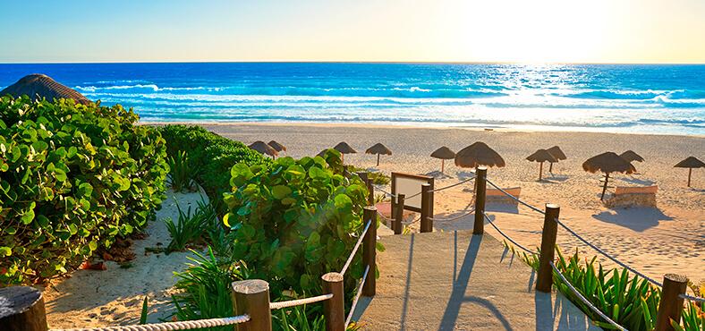 Playa Delfines, a unos pasos de Crown Paradise